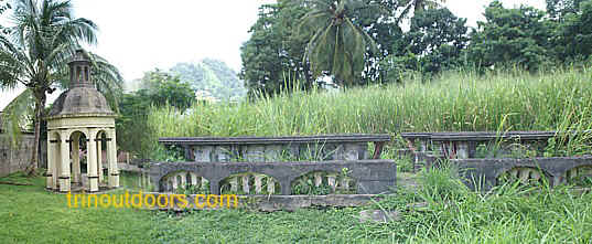 la venezuela gazebo and table.jpg (93031 bytes)