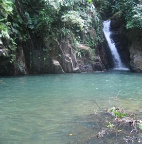 paria bay waterfall.jpg (73271 bytes)